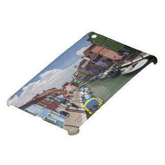 島の運河に沿うカラフルな家の iPad MINIケース