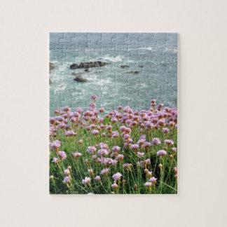 崖で育つアルメリアのmaritimaのピンクの海 ジグソーパズル