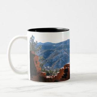 崖に建てられた家からの山景色 ツートーンマグカップ