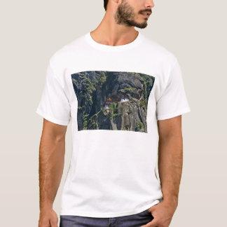 崖のTaktsang修道院、Paro、ブータン Tシャツ