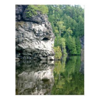 崖及び木の湖の反射 ポストカード