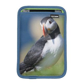 崖2のニシツノメドリ(Fratercula Arctica) iPad Miniスリーブ
