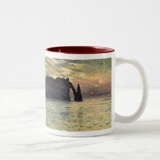 崖Etretatのクロード・モネ著日没 ツートーンマグカップ