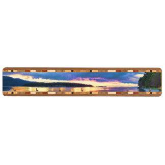 嵐の日没の下の島のビーチ キーラック