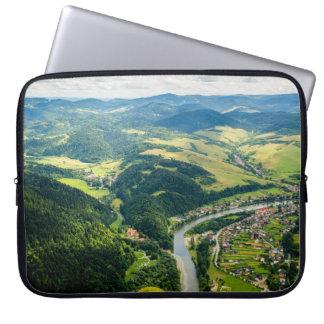 川との丘の景色の空中写真 ラップトップスリーブ