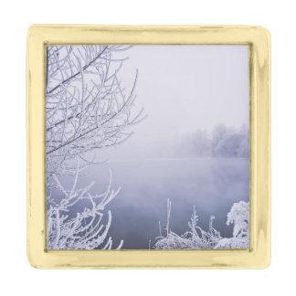 川による霧深い冬の日 ゴールド ラペルピン