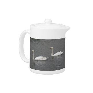 川のティーポットの白鳥