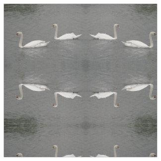川のパターン(の模様が)あるな動物の生地の白鳥 ファブリック