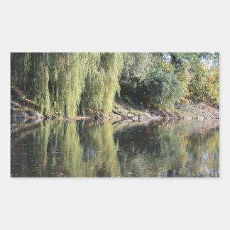 川の反映されたヤナギの木 長方形シール
