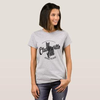 川の女性のワイシャツBWを渡るClarksville猫 Tシャツ