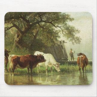 川の景色で水をまいている牛 マウスパッド