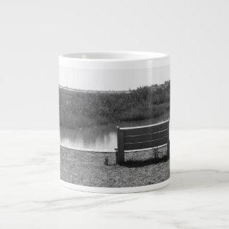 川の白黒写真によるベンチ ジャンボコーヒーマグカップ