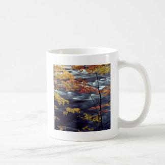 川の秋はAの急を着色します コーヒーマグカップ
