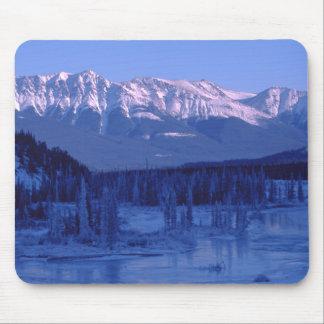 川のSnowy凍結する山Banffアルバータ マウスパッド