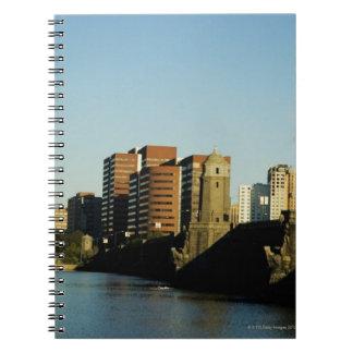 川を渡る橋の近くの超高層ビル、 ノートブック