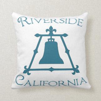 川岸、カリフォルニアRaincrossフルーアのデザイン クッション