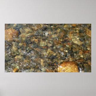 川擦り切れたな小石ブラウンおよび灰色の自然な抽象芸術 ポスター