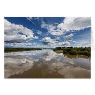 川、水の反射上の美しい雲 カード