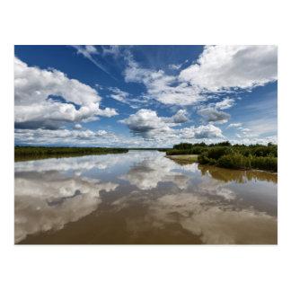 川、水の反射上の美しい雲 ポストカード