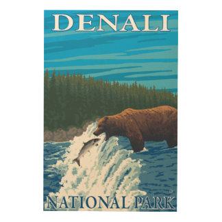 川- Denaliの国立公園のくまの魚釣り、 ウッドウォールアート