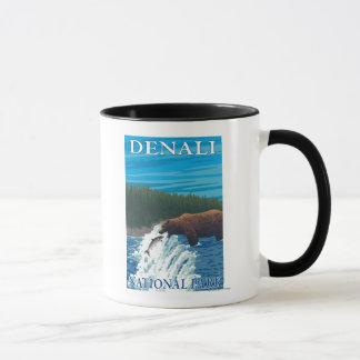 川- Denaliの国立公園のくまの魚釣り、 マグカップ