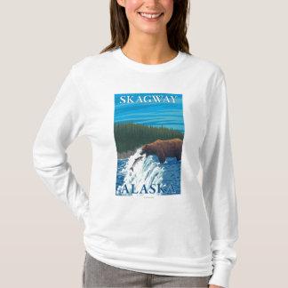 川- Skagway、アラスカのくまの魚釣り Tシャツ