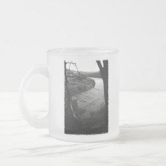 川Taw。 白黒。 フロストグラスマグカップ