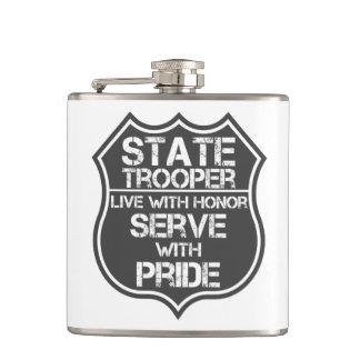州警察官はプライドの名誉のサーブと住んでいます フラスク