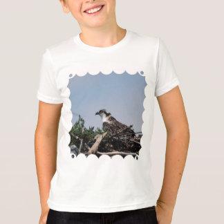 巣の青年Tシャツに坐っているミサゴ Tシャツ