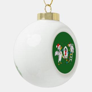 巣を飾っているお祝いのクリスマスのツノメドリ セラミックボールオーナメント
