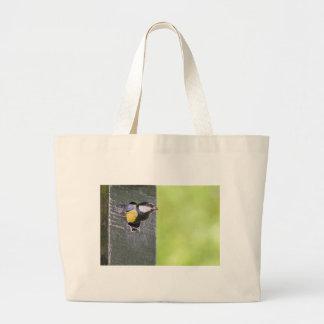 巣箱の穴のクロドリ親 ラージトートバッグ