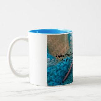 左利きのマグ-左利きのcrochetersのコーヒー・マグ ツートーンマグカップ