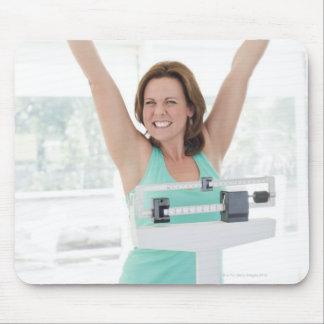 巧妙な減量。 幸せな女性の重量を量ること マウスパッド