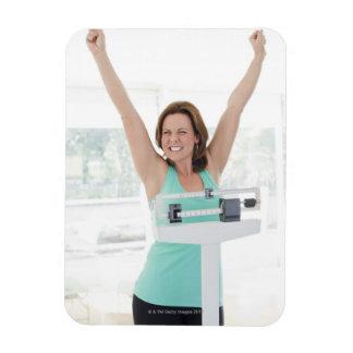 巧妙な減量。 幸せな女性の重量を量ること マグネット