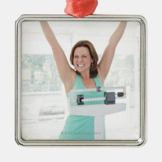 巧妙な減量。 幸せな女性の重量を量ること メタルオーナメント