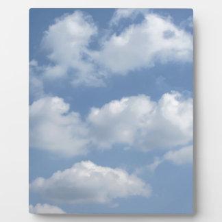 巨人の積乱雲および太陽が付いている空はtを放射します フォトプラーク
