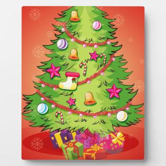 巨大なクリスマスツリーが付いているクリスマスカードとの フォトプラーク