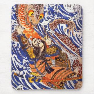 巨大なサンショウウオKuniyoshiを戦っている武士 マウスパッド