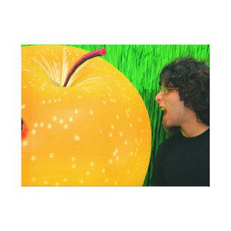 巨大なフルーツを持つ人 キャンバスプリント