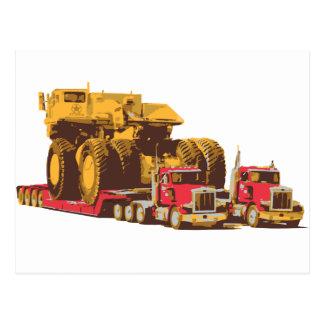 巨大な採鉱トラックを運ぶ2台の半大きいトラック ポストカード