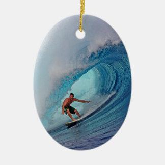 巨大な波をサーフしているサーファー 陶器製卵型オーナメント