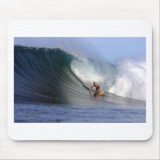 巨大な熱帯島のサーフィンの波をサーフしているサーファー マウスパッド