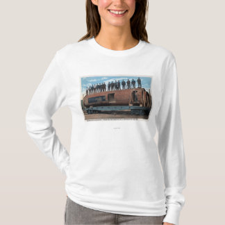 巨大ののくまのおりそして住居は丸太を見ました Tシャツ