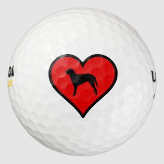 巻き毛の上塗を施してあるレトリーバーの赤いハートのシルエット ゴルフボール