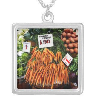 市場のにんじんそして野菜の束 シルバープレートネックレス