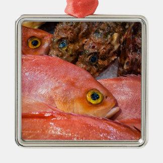 市場のカラフルな鮮魚 メタルオーナメント