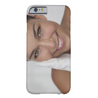 布が付いている彼女の顔をごしごし洗っている女性 BARELY THERE iPhone 6 ケース