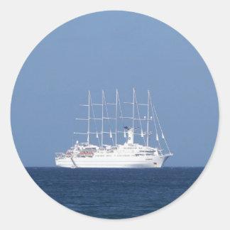 帆が付いている遊航船 ラウンドシール