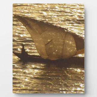 帆ボートのビクトリア湖ケニヤの日没の背景 フォトプラーク