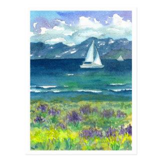 帆ボートmountain湖の紫色の水彩画のLupines ポストカード